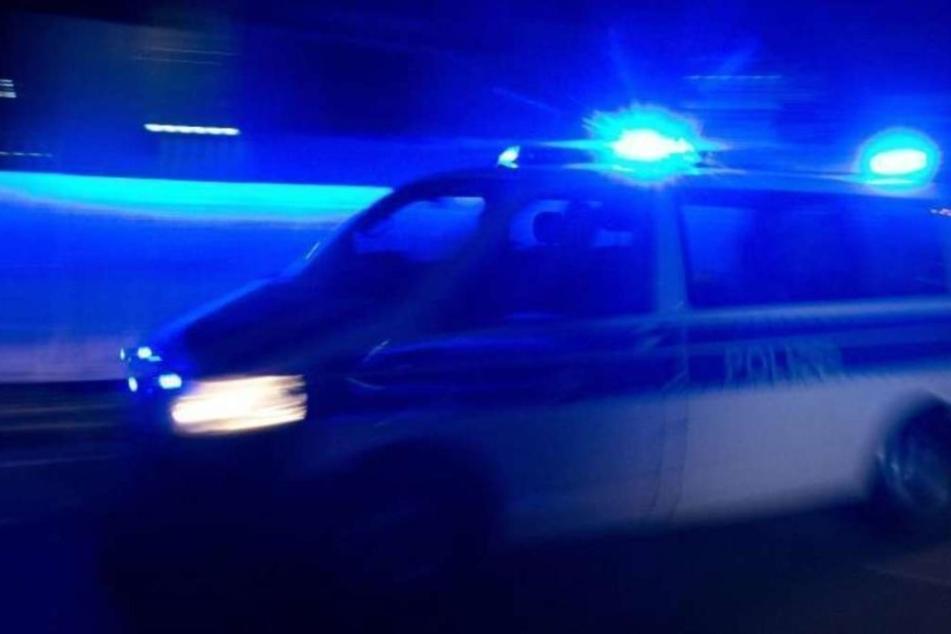 Auf der Gegenfahrbahn erfasste ein Auto den Mann - der 32-Jährige verstarb noch am Unfallort. (Symbolbild)