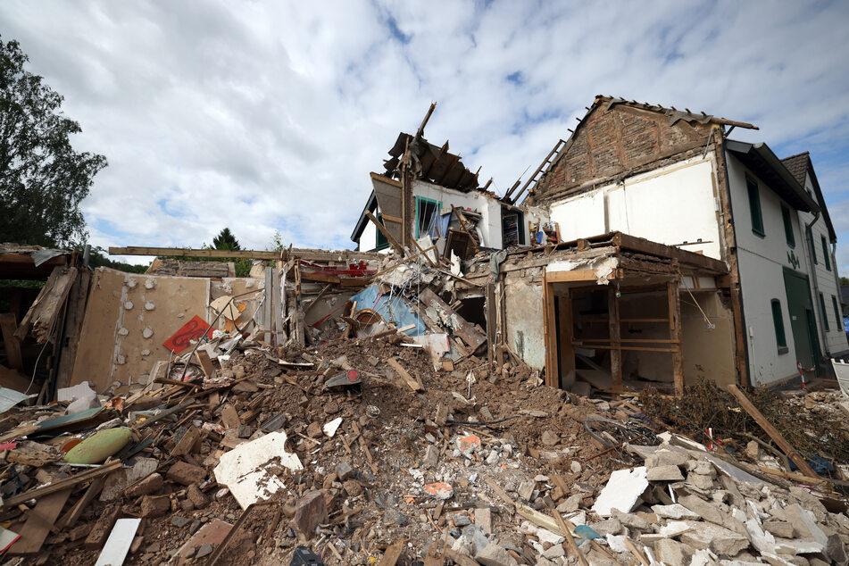 In Gemünd (Eifel) liegen Schutt und Geröll eines völlig zerstörten Hauses auf der Straße.