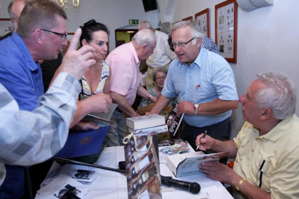 Alle wollten zu Egon: Nach seinem Vortrag schrieb Krenz fleißig  Autogramme.