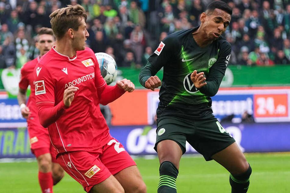 Union-Linksverteidiger Christopher Lenz (l.) und Wolfsburgs Joao Victor im Zweikampf.