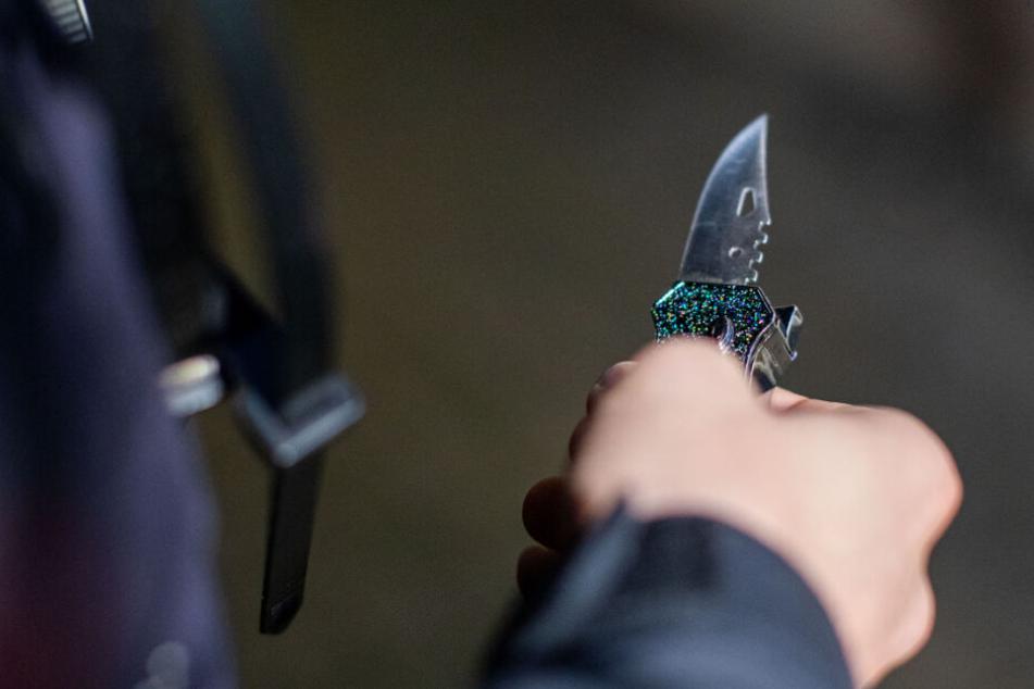 Der Tatverdächtige stach mit einem bislang unbekannten Gegenstand auf das Opfer ein. (Symbolbild)
