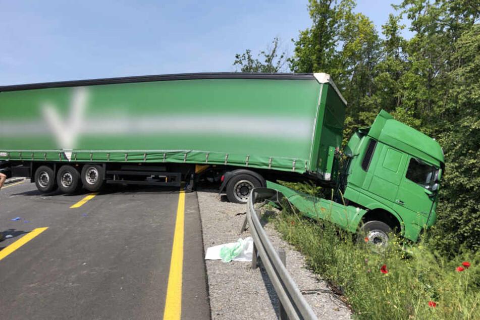 Das Führerhaus des Lastwagens durchbrach die Leitplanke.