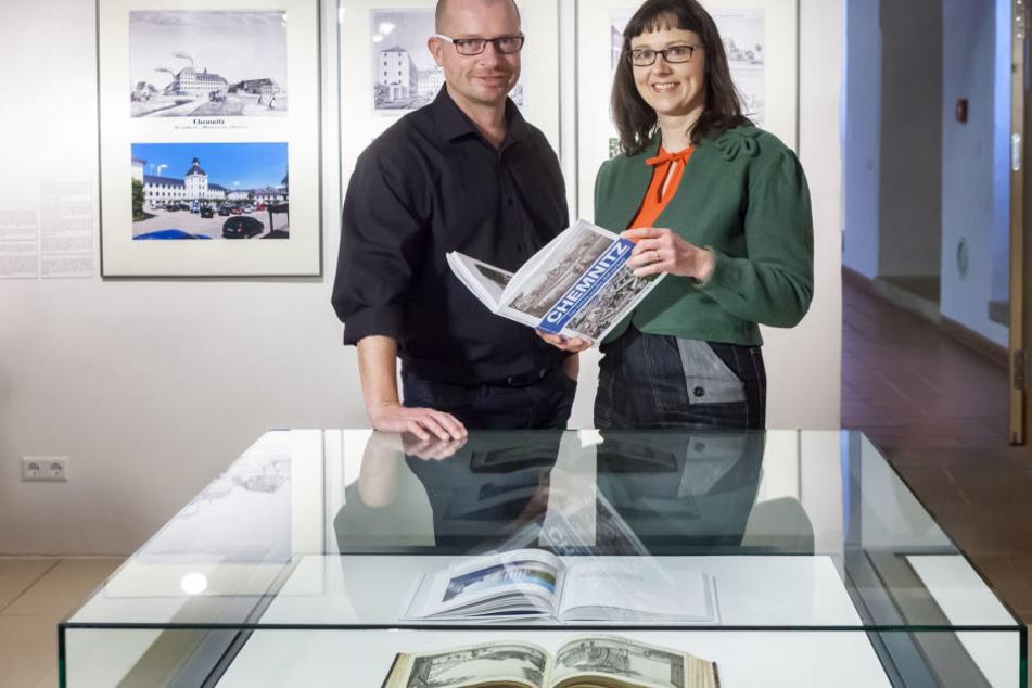 Fotograf Peter Zschage (47, l.) und Redakteurin Mandy Schneider (45) präsentierten das Buch im Schlossbergmuseum.