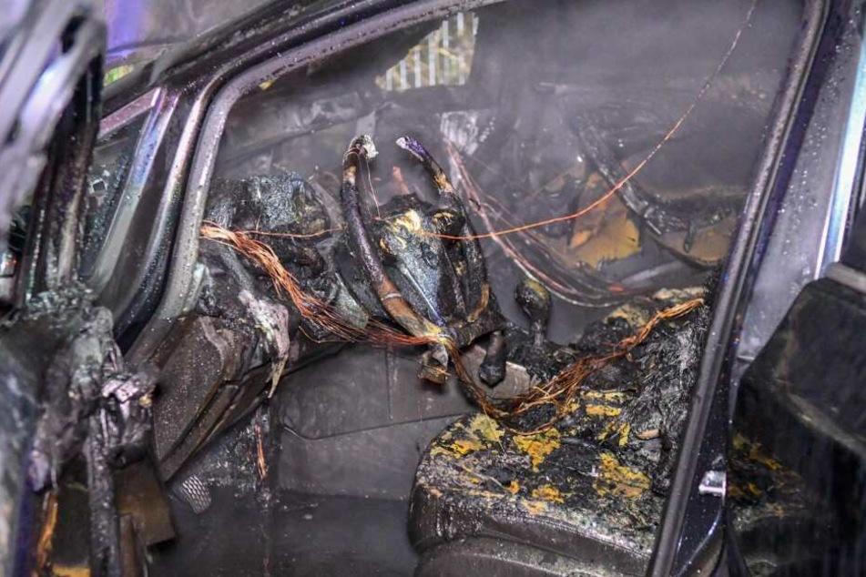 Das Innere eines der Fahrzeuge ist nach dem Feuer völlig zerstört.