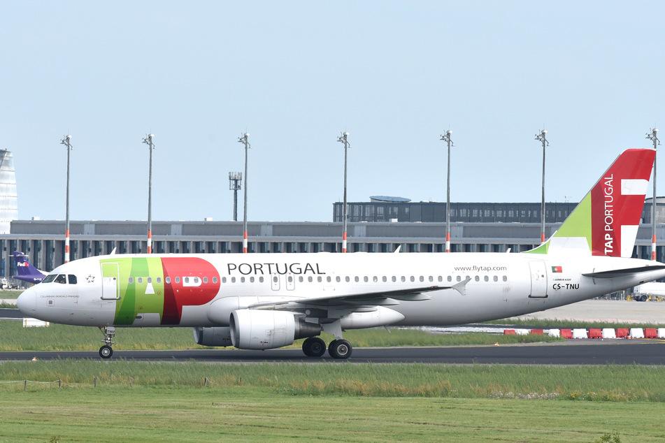 September 2015, Brandenburg, Schönefeld: Ein Airbus A320 der portugiesischen Fluggesellschaft TAP rollt am Nord Pier des zukünftigen Hauptstadtflughafens Willy Brandt vorbei.