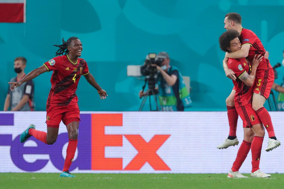 Hertha-Kapitän Dedryck Boyata (30, l.) hat mächtig Spaß im Nationaltrikot Belgiens.