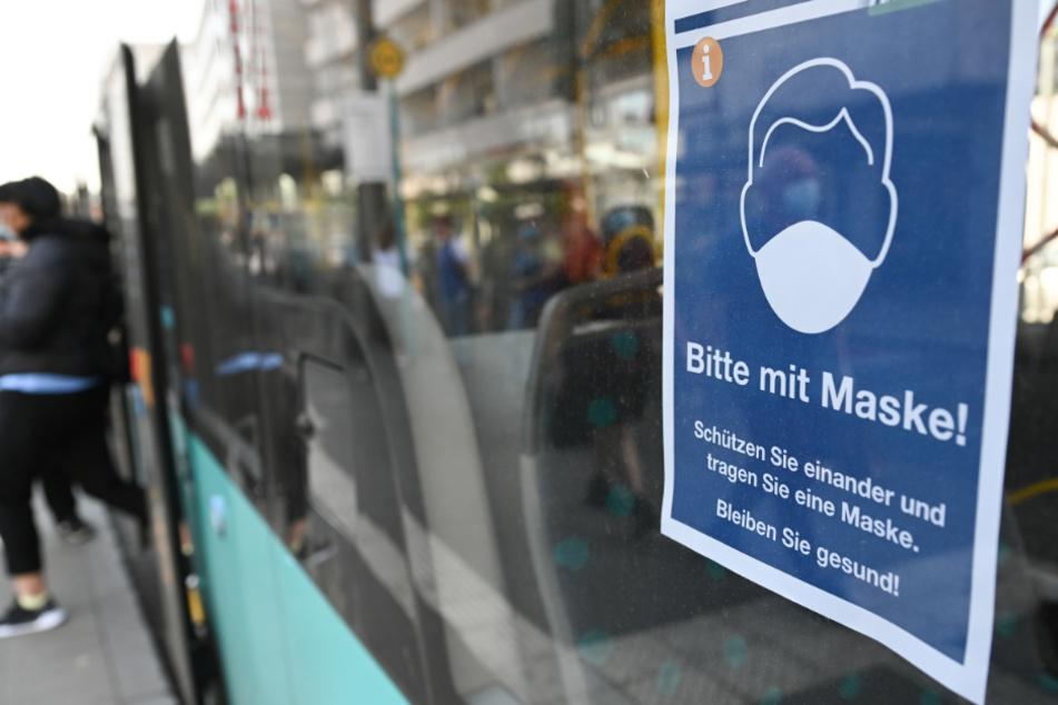 In öffentlichen Verkehrsmitteln gilt aufgrund der Corona-Pandemie Maskenpflicht. (Symbolbild)