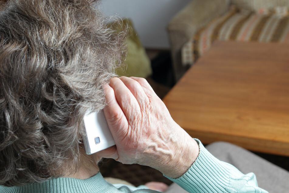 Eine Rentnerin aus dem Erzgebirge wurde Opfer eines Schockanrufes. Eine Sparkassen-Mitarbeiterin erkannte die Betrugsmasche (Symbolbild).