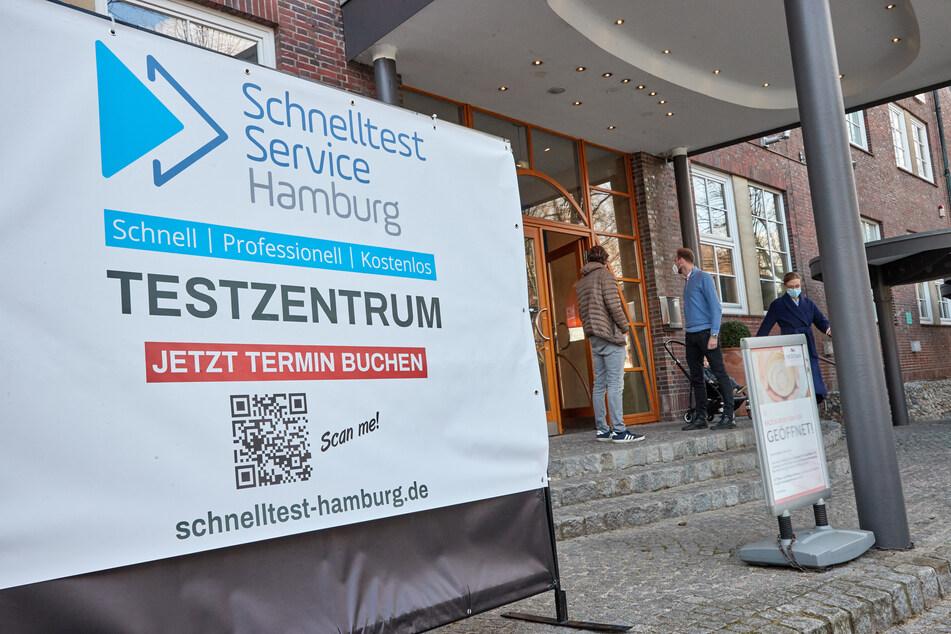 Ein Schild mit der Aufschrift «Schnelltest Service Hamburg Testzentrum» steht vor dem Eingang des Meridian Spa & Fitness in der Quickbornstraße.