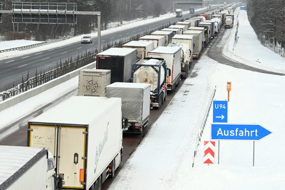 Auf der A9 in Sachsen-Anhalt in Richtung Berlin staute sich der Verkehr Laster an Laster.