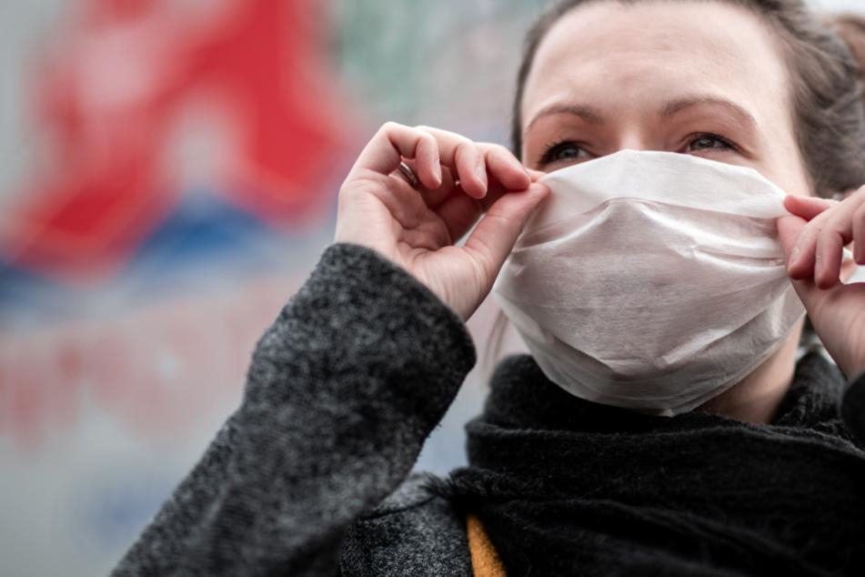 Die Pflicht zum Tragen einer Atemschutzmaske beim Einkaufen und im ÖPNV bleibt weiterhin bestehen.