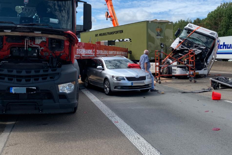 Schwerer Unfall auf A4 bei Köln: Fahrerhaus zerstört