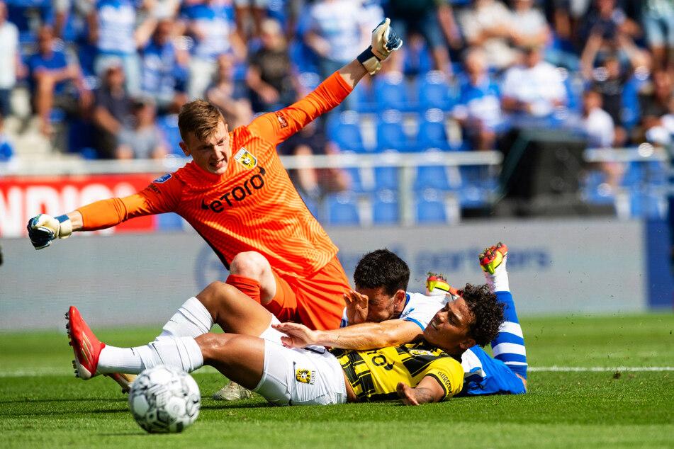 Voller Einsatz: Markus Schubert (23, o.) gewann am 1. Spieltag der niederländischen Eredivisie mit Vitesse Arnheim mit 1:0 bei PEC Zwolle.