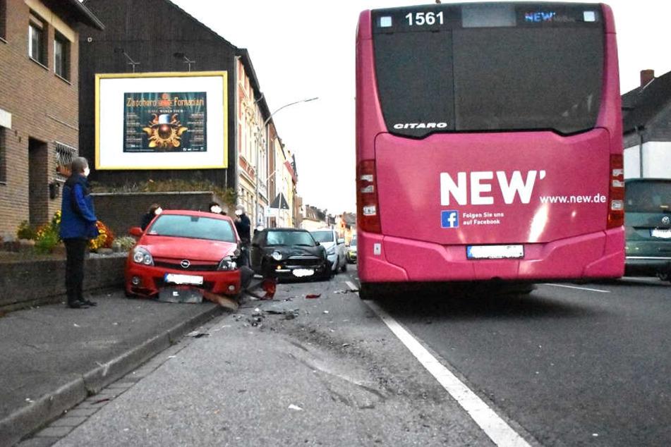 Der Linienbus und Teile des Schadens die angerichtet wurden.