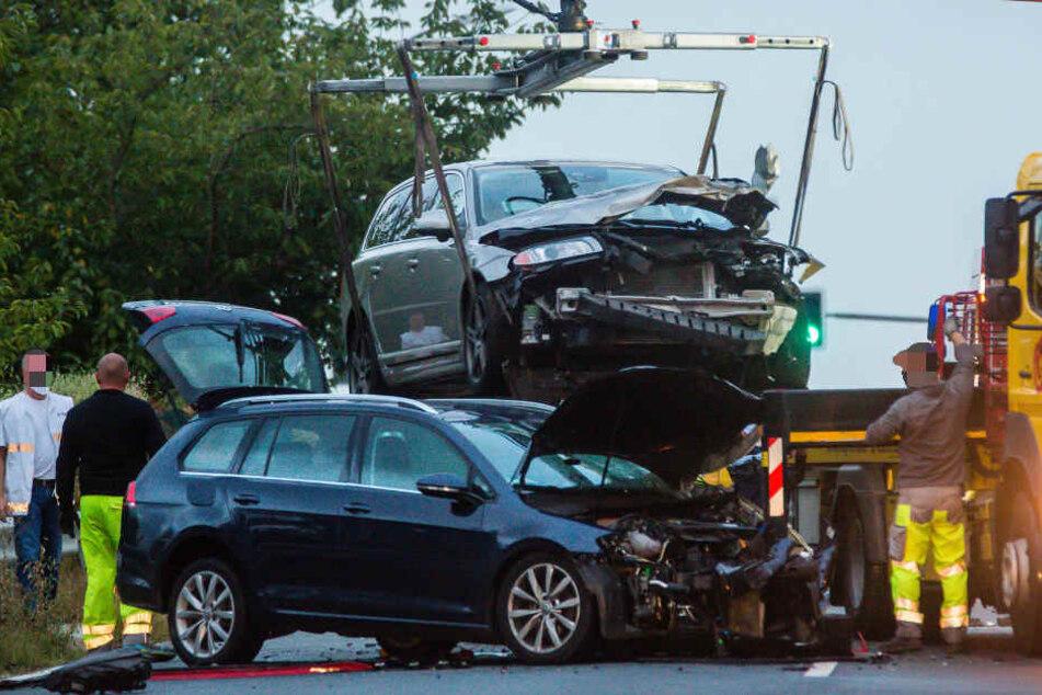 Zwei der insgesamt drei an dem Unfall beteiligten Autos werden abtransportiert.