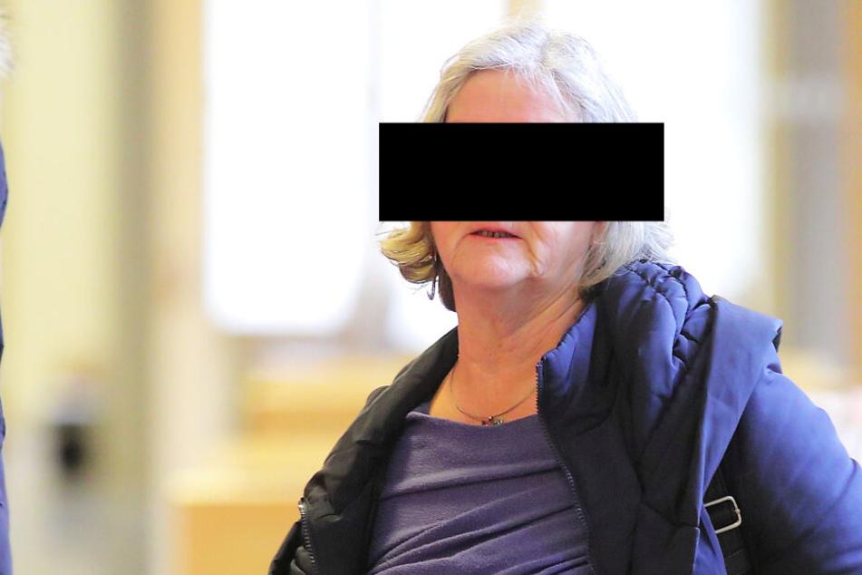 Hebamme Annelies Z. (70) musste sich Montag wegen fahrlässiger Tötung vor Gericht verantworten.