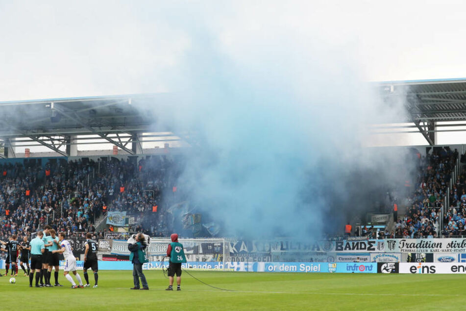 Dicke Nebelschwaden ziehen am 9. September über den Zuschauerblock im CFC-Stadion.