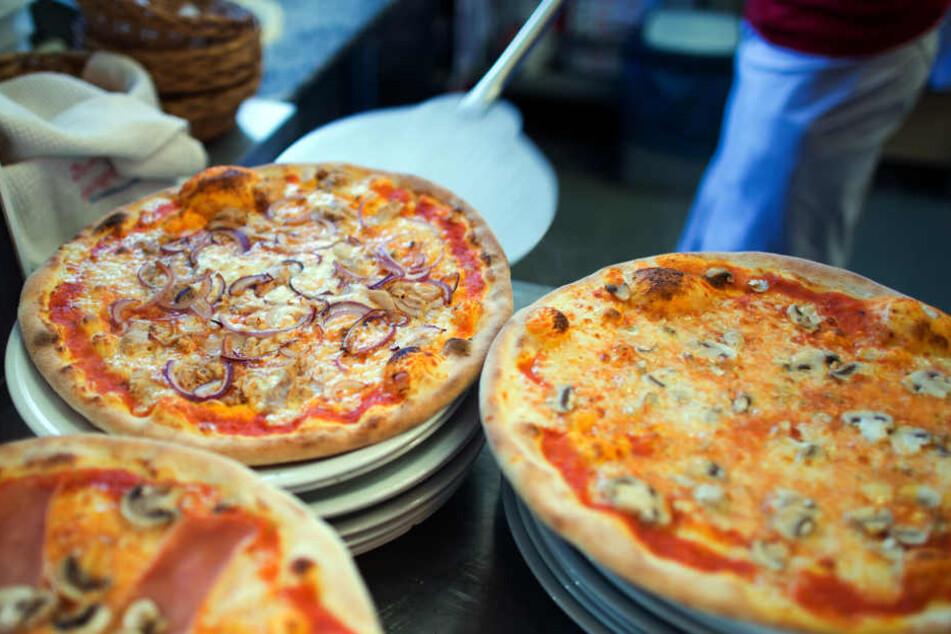 Am Ende kommen di Pizzen natürlich auch in den Ofen und können verspeist werden. (Symbolbild)