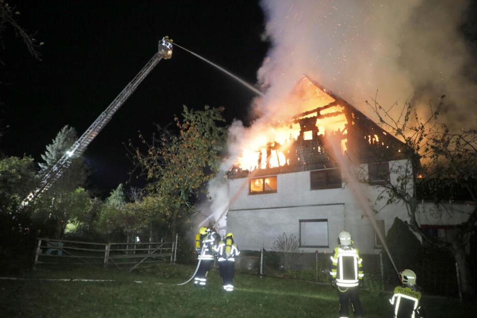 Das Feuer schlug auf das Wohnhaus über.