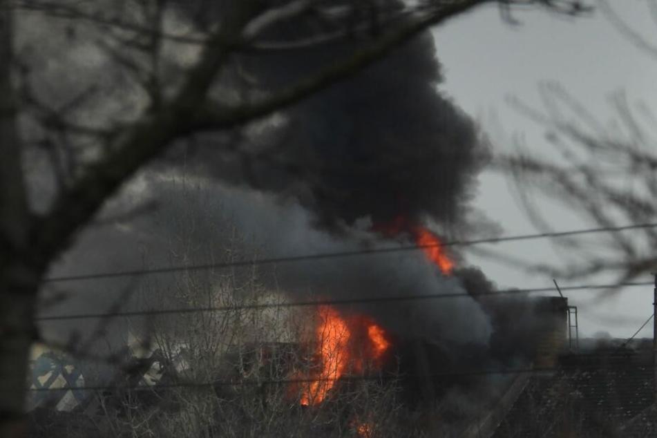 Der Dachstuhl eines Mehrfamilienhauses war in Flammen aufgegangen.
