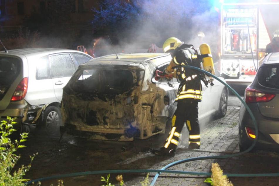 Leipzig: Mehrere Tausend Euro Schaden: Auto brennt in Leipzig-Grünau aus
