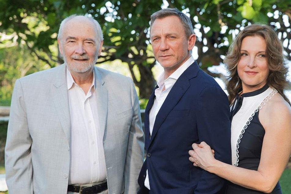 Hat ihren Bond zum Knuddeln gern: Barbara Broccoli (58) mit Daniel Craig (51) und Co-Produzent Michael G. Wilson (77).