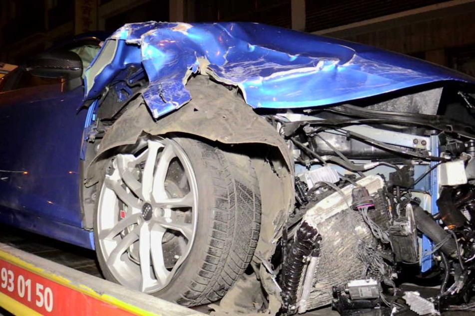 Bei dem Unfall wurde ein Audi komplett zerstört.
