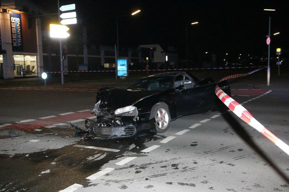 Chaos-Fahrer flüchtet vor Polizei und kracht in unbeteiligten VW