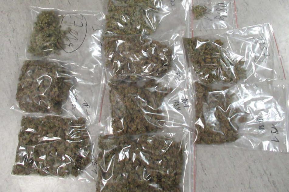 Neben einer Aufzuchtanlage sowie Verpackungsmaterial und weitere Rauschgiftutensilien fand man auch abgeerntete Pflanzen .