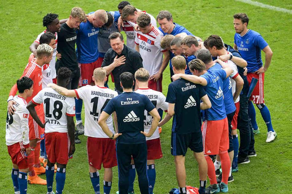 HSV-Trainer Christian Titz schwor seine Mannschaft nach dem feststehenden Abstieg ein.