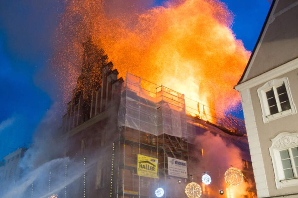 Das Straubinger Rathaus am 25.11.2016. Ein Vollbrand zerstört das historische Gebäude. (Archiv)