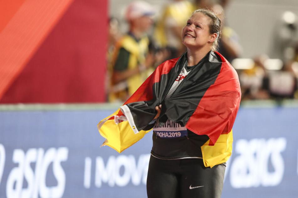 Christina Schwanitz happy nach dem Wettkampf.