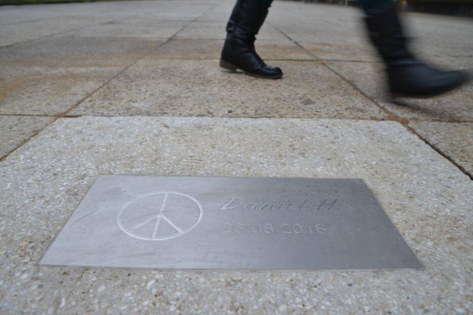 Am Tatort in der Brückenstraße in Chemnitz erinnert eine Gedenkplatte an Daniel H.