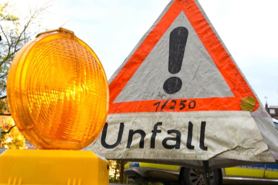 Absicherung einer Unfallstelle: Ein Warnlicht steht vor einem Polizeiwarndreieck.