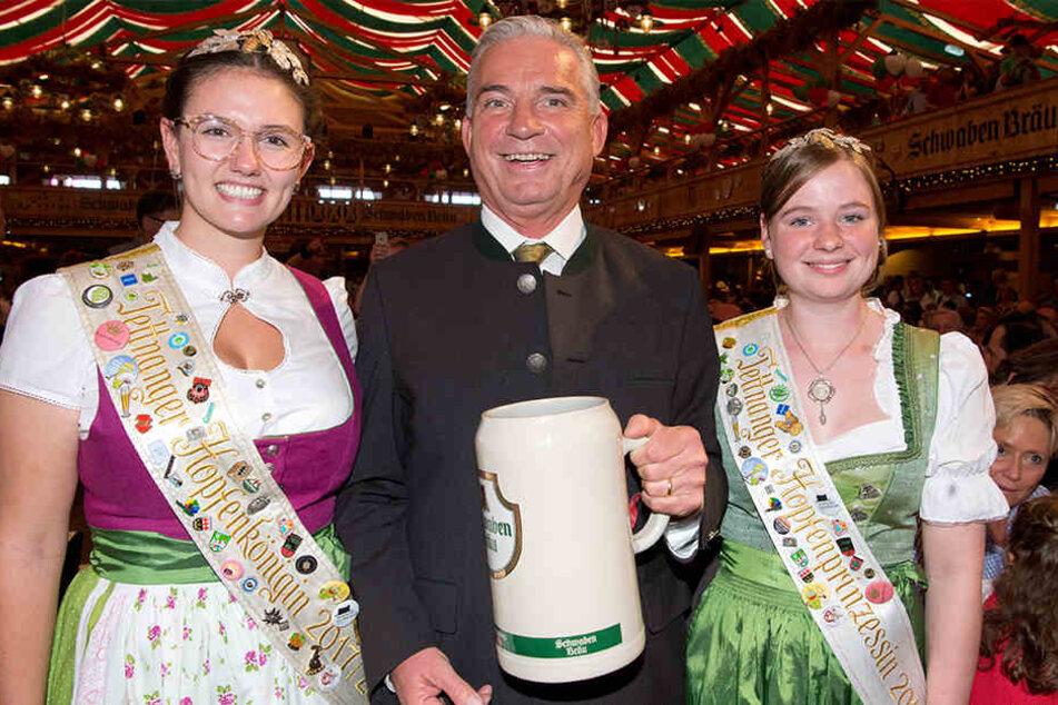 Innenminister Thomas Strobl (CDU) mit der Tettnanger Hopfenkönigin Teresa Locher (l.) und der Tettnanger Hopfenprinzessin Lena Heilig (r.) bei der Eröffnungsfeier des 173. Cannstatter Volksfest.
