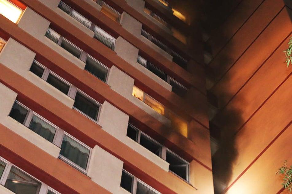 Dicke Rauchschwaden ziehen aus einer Wohnung im 8. Obergeschoss.