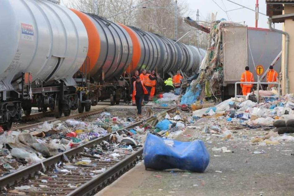 Heftiger Crash bei Dresden: Müll-Laster von Güterzug zerfetzt