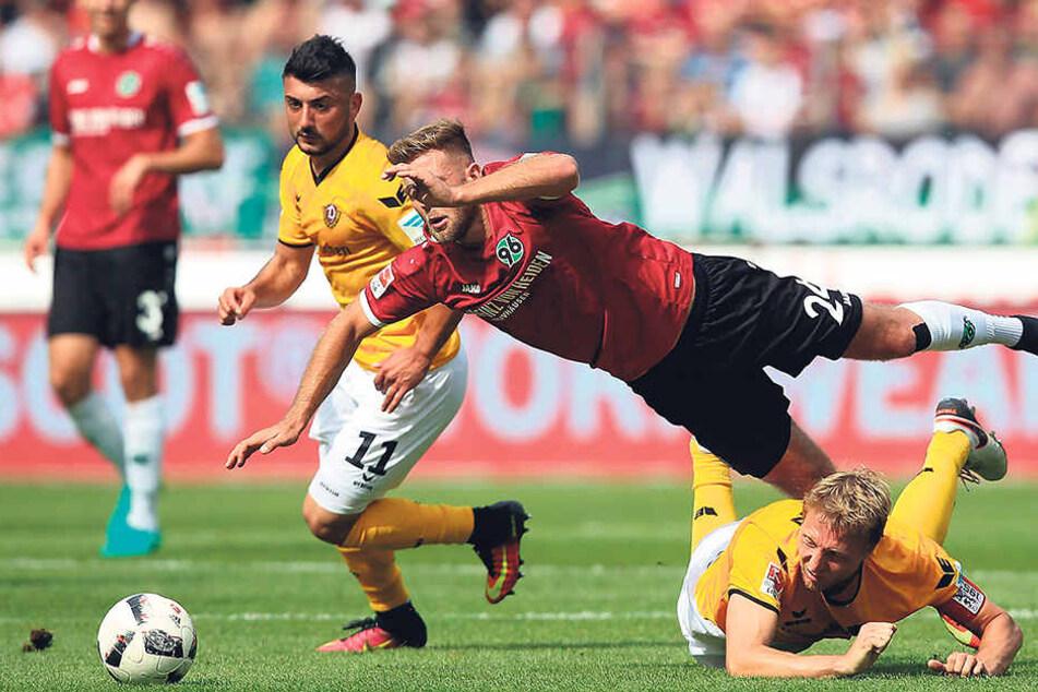 Marco Hartmann (u., r.) geht dorthin, wo es weh tut. Das bekommen die Gegner, aber auch er selbst ab und an zu spüren.