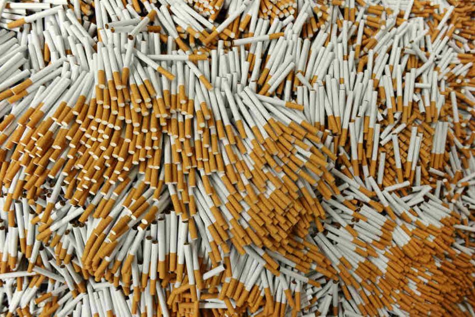 Zweimal haben Einbrecher in der Nacht zum Freitag in Thüringen große Mengen Zigaretten erbeutet.