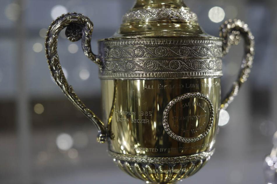 Bieter können in einer Online-Auktion bis zum 28. Juni Gebote auf Trophäen von Boris Becker abgeben - darunter diese Wimbledon-Replika.