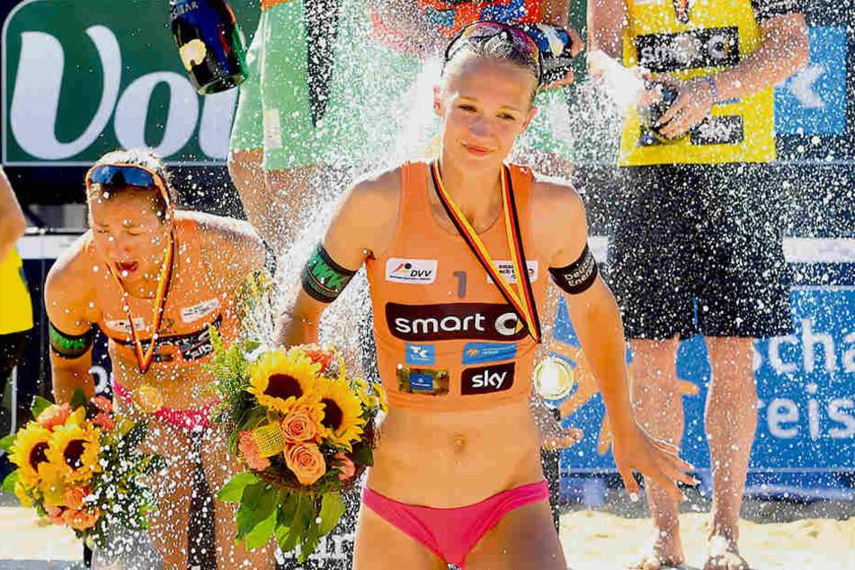 Sektdusche bei der Siegerehrung für Sandra Ittlinger (M.) und Teresa Mersmann.