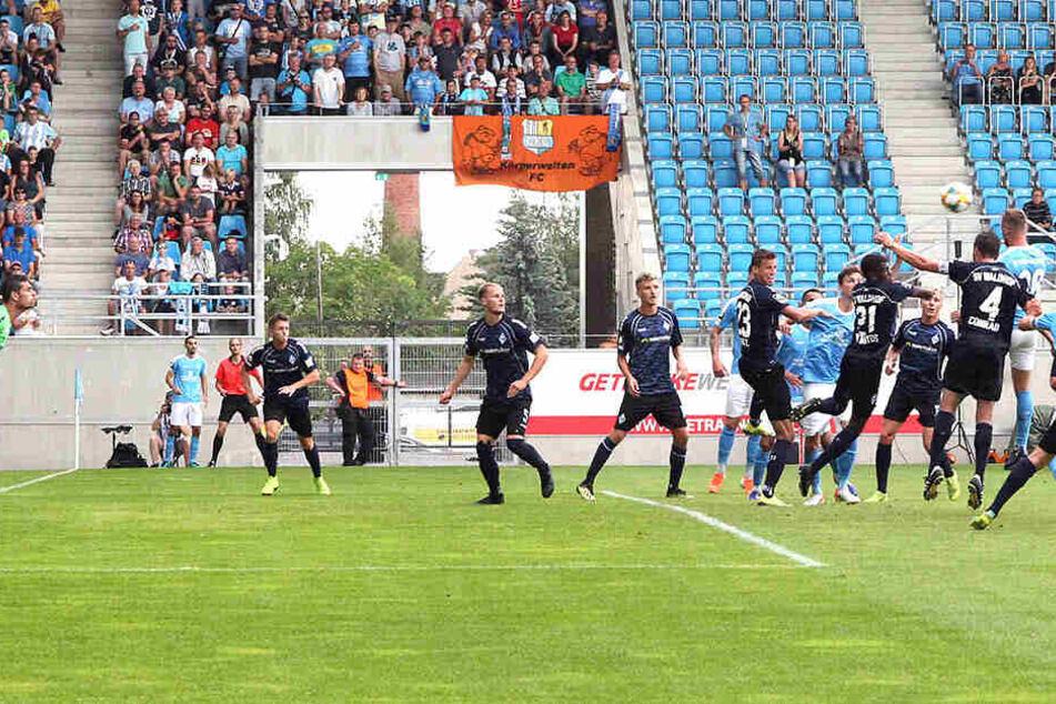 Das 1:1 aus anderer Perspektive: Tobias Müller (3.v.r.) steigt am höchsten und köpft - der Ball wird noch abgefälscht und landet im Mannheimer Kasten.
