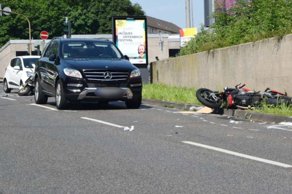 In den Unfall waren zwei Autos, ein Roller, ein Motorrad und ein Fahrrad verwickelt.