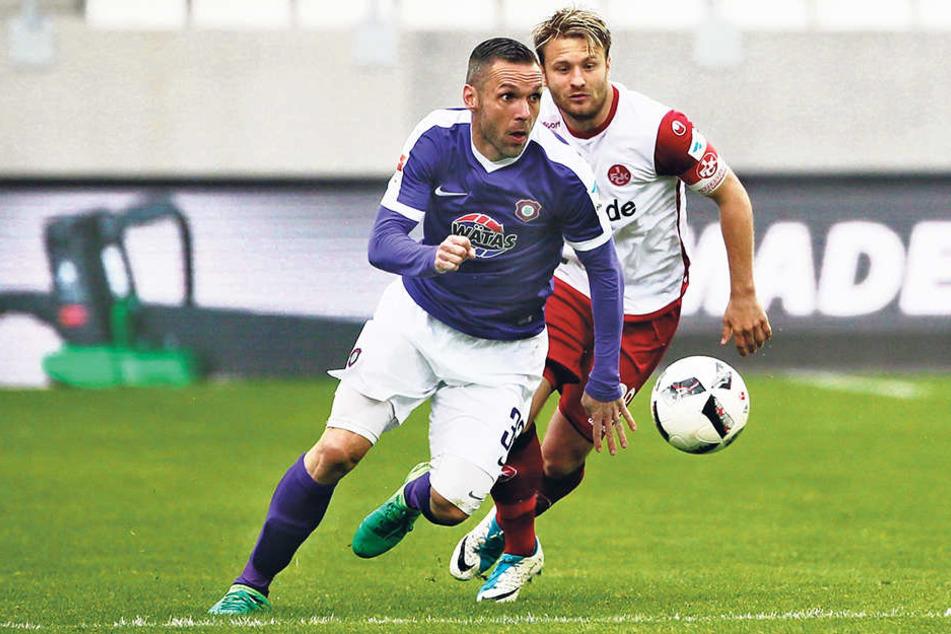 Nun zieht Christian Tiffert (l.,gegen Lauterns Kapitän DanielHalfar.) die Fäden im Auer Mittelfeld. Vier Tore bereitete er in dieser Saison bereits vor.