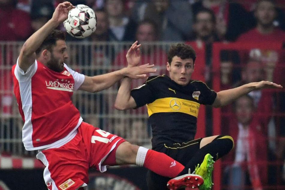 Berlins Ken Reichel (l.) im Zweikampf mit Stuttgarts Verteidiger Benjamin Pavard (r.), der zu den Bayern wechselt.