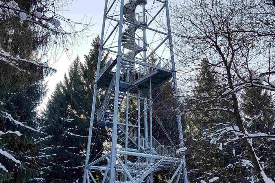 Der stählerne Aussichtsturm wurde 1998 im Rabensteiner Wald errichtet.