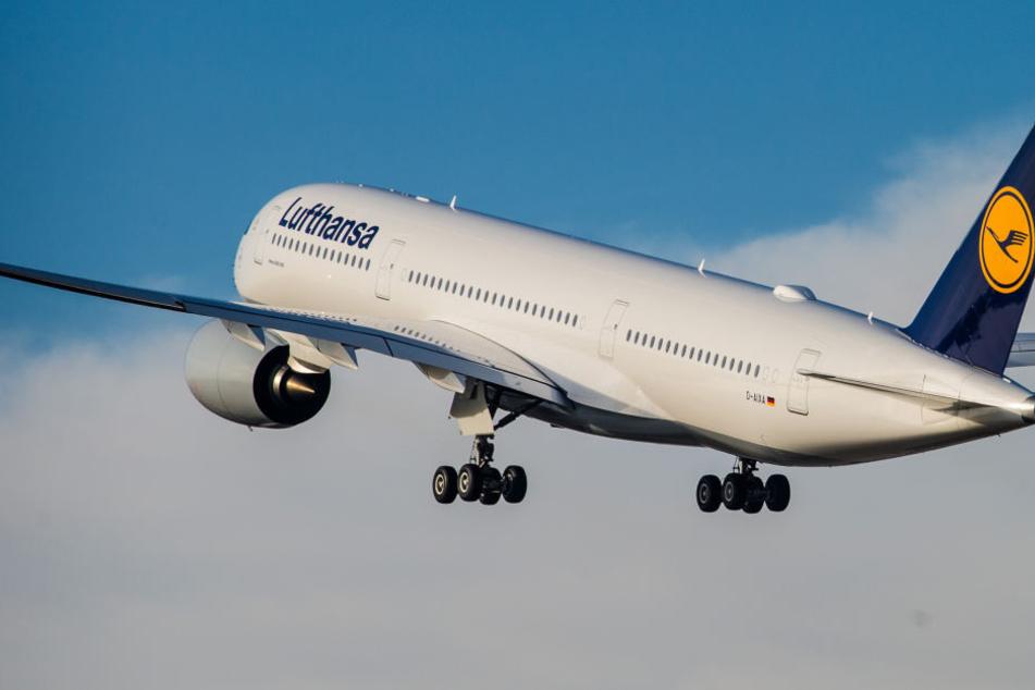 Mitten über dem Atlantik in einer Lufthansa Maschine kam der kleine Junge zur Welt. (Symbolbild)