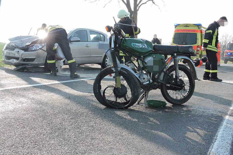 Nach ersten Informationen stießen das Moped und der Opel Astra frontal zusammen.