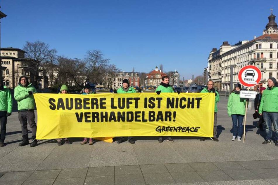 """Greenpeace-Aktivisten demonstrierten vor dem Bundesverwaltungsgericht in Leipzig: """"Saubere Luft ist nicht verhandelbar!"""""""