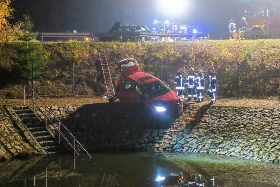 Die Insassen hatten Glück, dass das Auto nicht noch ins Wasser rutschte.